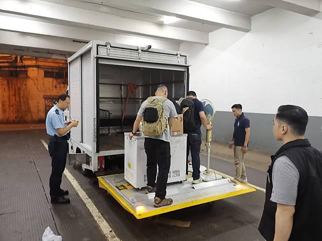警方帶走小量證物,包括風扇及雪櫃。