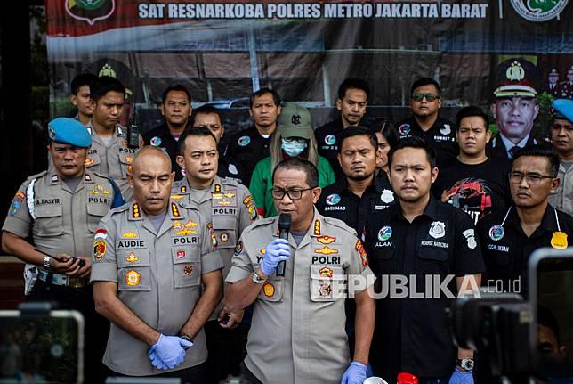 Kabid Humas Polda Metro Jaya Kombes Pol Yusri Yunus (tengah)