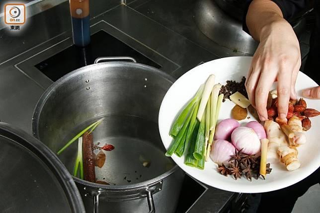 將清水注入大煲中,加入所有浸雞材料。(郭凱敏攝)