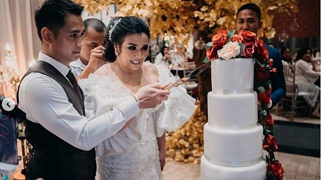 Ajun Perwira dan istri, Jennifer Jill Supit. [Instagram]