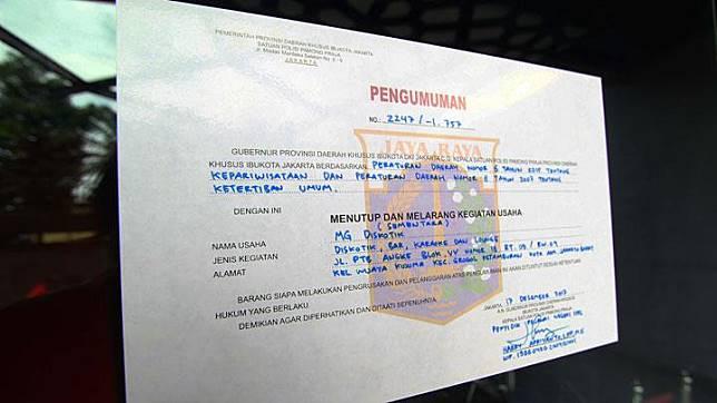Surat penyegelan dan garis polisi terpasang di pintu masuk Diskotek MG di kawasan Tubagus Angke, Jakarta, 18 Desember 2017. Badan Narkotika Nasional mengungkap adanya laboratorium pembuatan narkoba jenis sabu dan ektasi cair di tempat hiburan malam itu. Tempo/Ilham Fikri