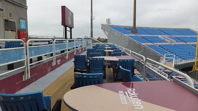 桃園球場內野區的用餐座位已有樂天風格。記者藍宗標/攝影
