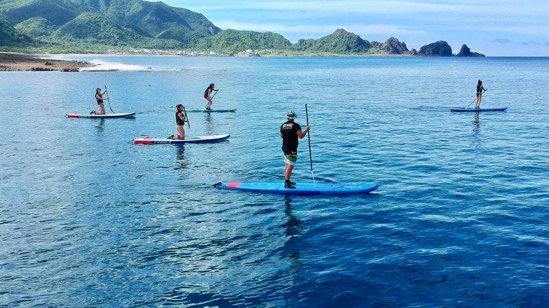 位在太平洋上的蘭嶼,黑潮流經使得綠島水溫終年都有 20 度以上,海洋生態豐富。能見度 30 - 50 公尺,清澈深藍的海水顏色是蘭嶼海域獨有。在專業教練指導下,嘗試安全又刺激的 SUP 立式單槳衝浪板