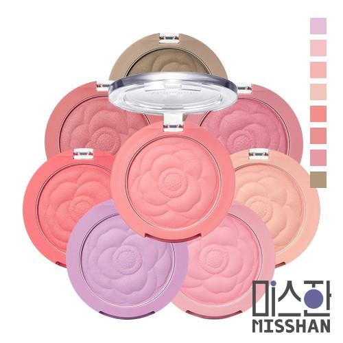 【商品特色】腮紅的部分則是以山茶花為造型,一共推出了8色,包含了粉紅、蜜桃色,或最近很熱門的紫色、藕粉,甚至修容色也都有~妝感就像水彩畫一樣帶有淡淡的自然色彩,非常適合與各種妝容搭配。這次的頰彩不再有