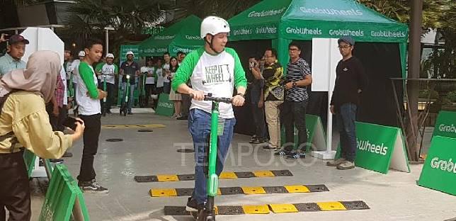 Ridzki Kramadibrata (President Director Grab Indonesia) saat melakukan uji coba Grabwheels di The Breeze BSD, Kamis 9 Mei 2019. TEMPO/JONIANSYAH HARDJONO