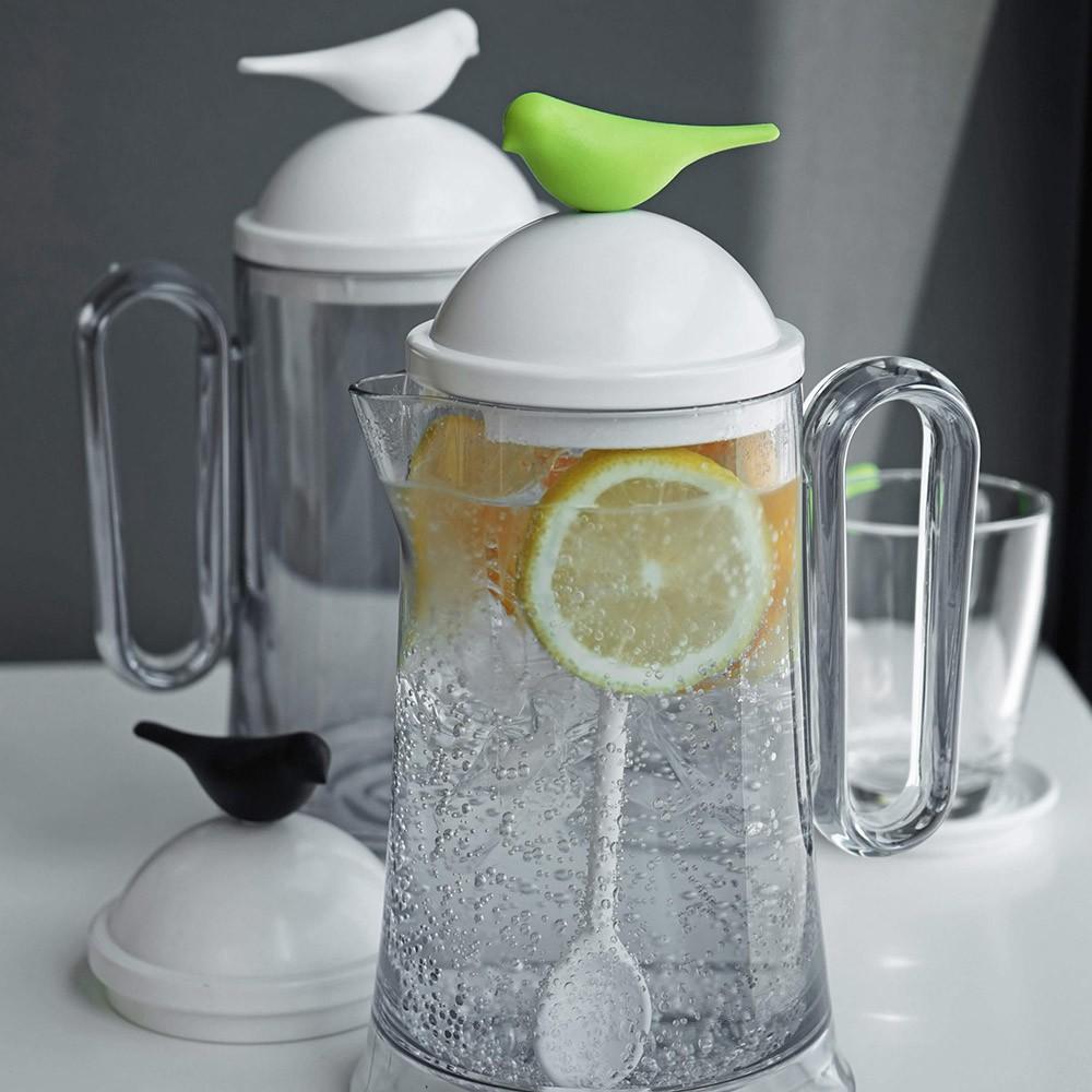 QUALY 雀兒冷水壺讓雀兒幫你補給每日水在居家生活中也能體會大自然的美好,小雀兒輕飛到你的水瓶上,陪伴你的每日生活。忙碌的時候,小雀兒也會時刻在你的杯蓋上提醒著你,記得要補充水份。※內含水瓶x1、湯