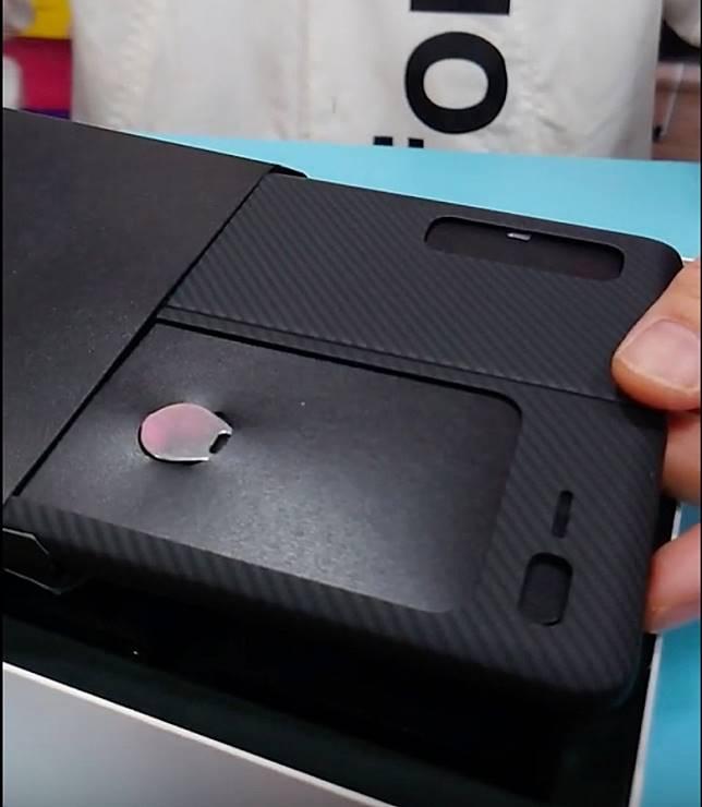 手機出廠已貼保護貼,並附有專用碳纖保護殼。(互聯網)