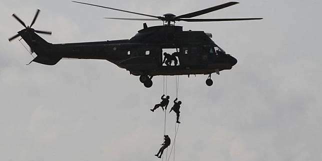 Latihan Angkasa Yudha 2012 Prajurit Paskhas TNI AU memeragakan simulasi SAR tempur pada Latihan Manuver Lapangan Angkasa Yudha 2012 di Tanjung Pandan, Pulau Belitung, Bangka Belitung, Selasa (23/10). Latihan tersebut meliputi lima operasi udara, yaitu operasi serangan udara strategis, lawan udara ofensif, pertahanan udara, operasi informasi, dan operasi dukungan udara. Manuver lapangan ini melibatkan pesawat tempur, helikopter, pesawat angkut, pesawat intai dan pasukan TNI AU.(RIZA FATHONI)   Artikel ini telah tayang di Kompas.com dengan judul