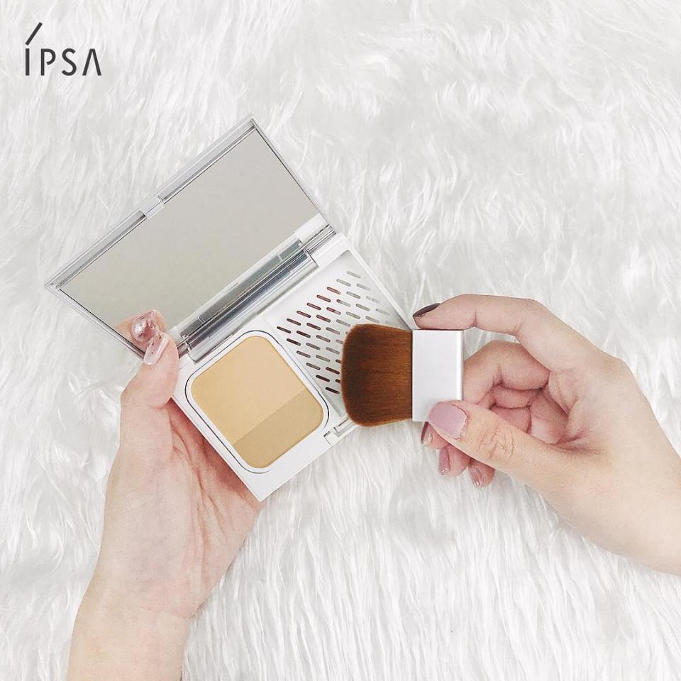 專櫃控油粉餅推薦5:ipsa 誘光控油雙色粉餅 8g,NT.1350(粉盒NT.350/粉餅刷NT.350)