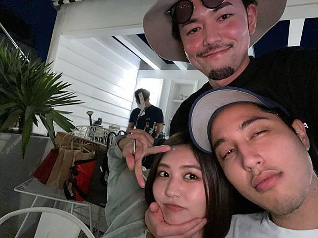 「社長」新野俊幸(上)在社交網上載與林夢(又名吉田夢)等飲酒開P的相片
