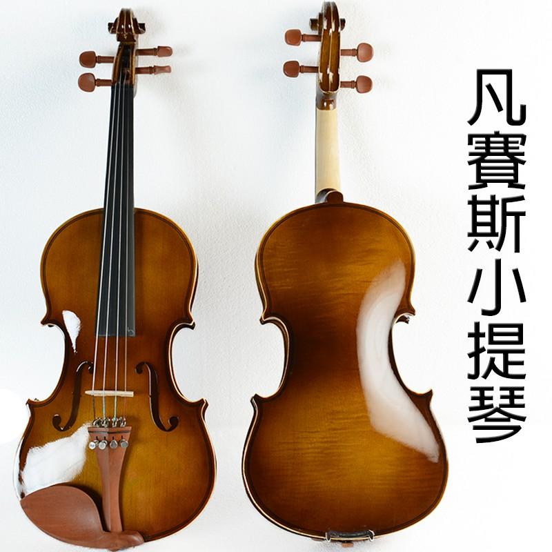 #現貨 #小提琴 #提琴 #虎紋提琴 #初學提琴此商品體積太大無法超商配送呦此款小提琴維質感極佳的一款有天然虎紋陪襯,更加高檔!小幫手提醒:每當提琴拉奏後都會掉落黏黏的粉末在琴弦、琴身和弓桿上,一定要在拉奏結束後立即清理附著在琴身和弓桿上的松香粉末,因為松香是具用黏性的,如果沒有清理,很快整個琴和弓就會變得黏黏又髒髒的,不僅不美觀,嚴重也會影響提琴音色,所以一定要準備擦琴、擦弓的布,練完琴後要把掉落的松香粉末擦拭乾淨喔!
