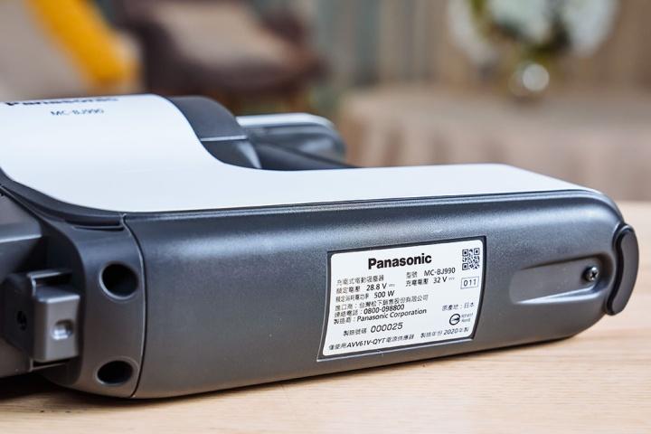 Panasonic MC-BJ990 底部貼有電池標示,其額定電壓 28.8V、充電電壓 32V、額定消耗功率為 500W。