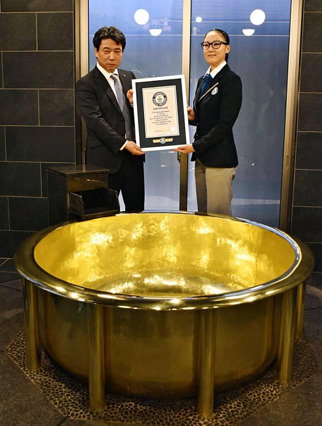 日前該浴池更獲健力士世界紀錄認證為「世界最大的黃金風呂」,真係風頭十足!(互聯網)