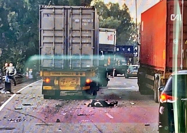 意外後有人疑被拋出車外倒臥地上。