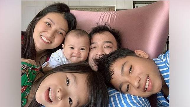 Ruben Onsu mengunggah foto bersama Sarwendah dan ketiga anaknya, Betrand, Thania dan Thalia. Sejak resmi masuk ke dalam keluarga Onsu, Betrand pun ikut sering ikut bergaya di media sosial. Instagram/@Roben_onsu