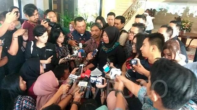 Terpidana pelanggaran UU ITE, Baiq Nuril Maknun, membacakan surat untuk Presiden Joko Widodo di Gedung Bina Graha, Jakarta, 15 Juli 2019. TEMPO/Ahmad Faiz