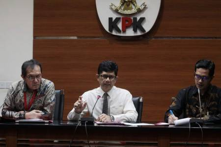 Deputy chairman of the Corruption Eradication Commission Laode M. Syarif (center), accompanied by another deputy Saut Situmorang (left) and KPK spokesman Febri Diansyah, speaks during a press conference on the new suspects related to graft in the disbursement of Bank Indonesia Liquidity Support (BLBI) in KPK headquarters on June 10, 2019.