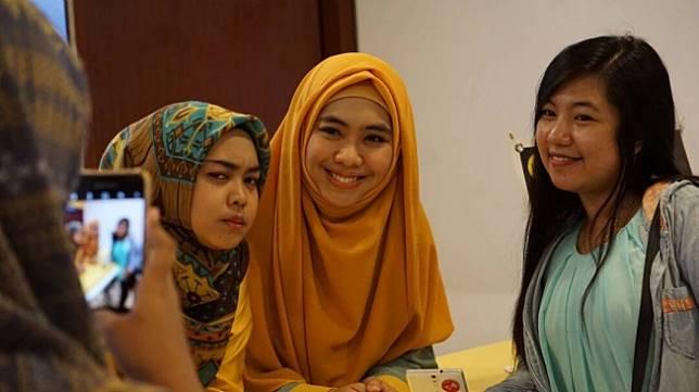 Oki Setiana Dewi dan Ria Ricis bersama penggemarnya. (istimewa)