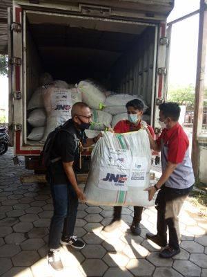 Bantuan pakaian jadi dari Billy Hensen yang disalurkan melalui DKMG bekerja sama dengan JNE Express siap dikirim untuk korban bencana alam