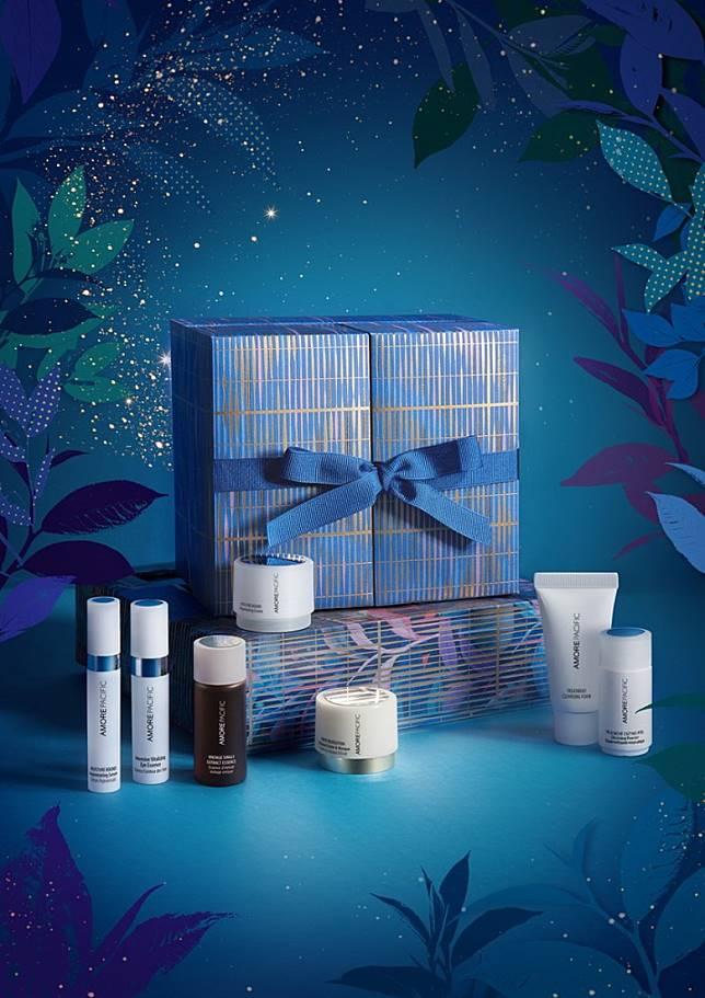 AMOREPACIFIC Every Day Essentials聖誕倒數月曆:彩藍色包裝盒配上金色條紋點綴,非常典雅,套裝精選了7款經典產品由潔面、補濕、滋養及重點護理產品。7天的分量能讓女士在節日前一周來個皮膚大急救。(互聯網)