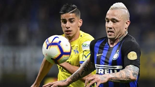Gelandang Inter Milan, Radja Nainggolan (kanan) beraksi dalam laga giornata ke-36 Liga Italia 2018/2019 kontra Chievo di Giuseppe Meazza, Selasa (14/5/2019) dini hari WIB. [Miguel MEDINA / AFP]