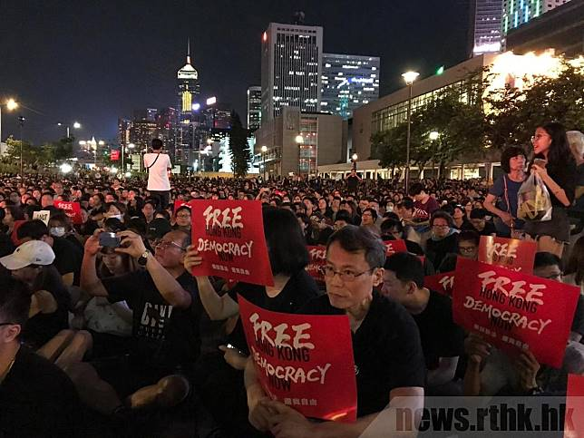 數千市民在中環集會,長者稱願站出來作為年輕人後盾。(林漢山攝)