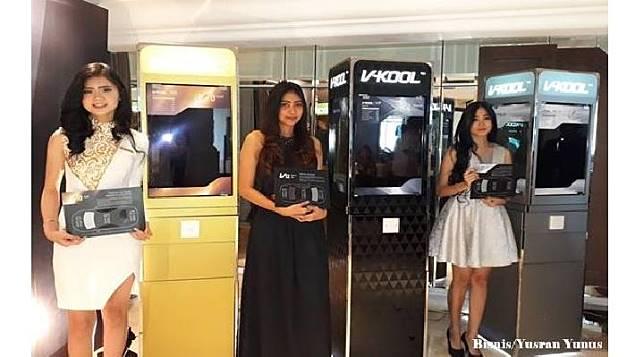 SPG sedang memperlihatkan produk baru kaca film V-KOOL, Gold Series dan Silver Series.