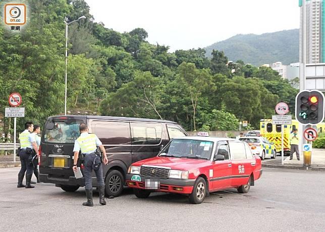 警員調查的士與客貨車相撞原因。(楊日權攝)