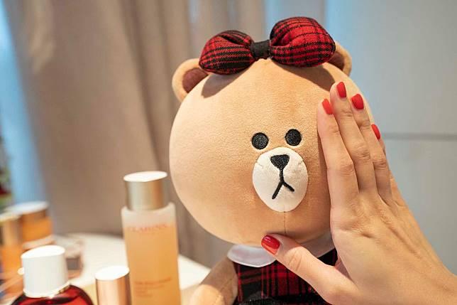 記得要搓暖手再按壓肌膚,以達到最清爽質感。