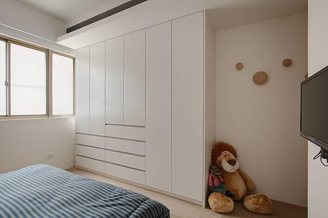 大型床尾衣櫃