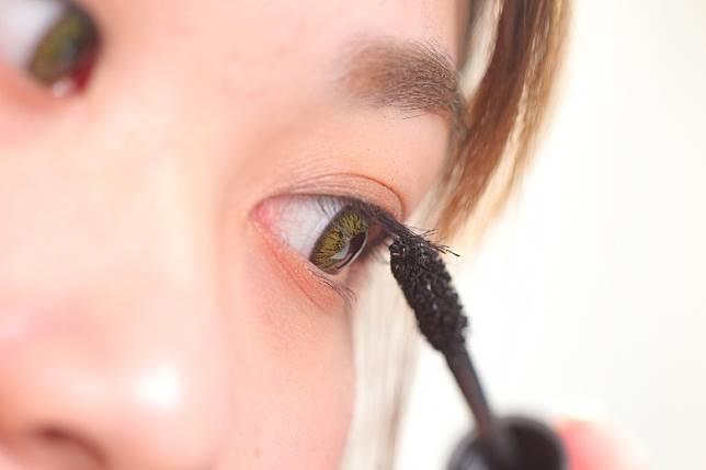 Step 6:最後塗上黑色睫毛膏。(胡振文攝)