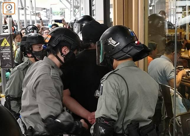 警方周日於荃灣拘捕多人。