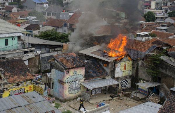 Satu rumah terbakar saat proses pengosongan lahan di Tamansari Bandung