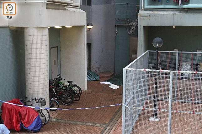 警方封鎖現場調查,兩具遺體由帳篷遮蓋。(袁以諾攝)
