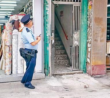 ■男子稱遭迷煙黨誘上劏房偷竊,警員到場調查。