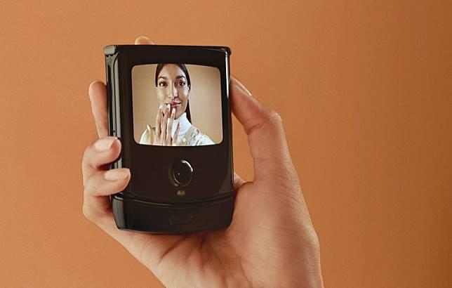 機外設有2.7吋 4:3的OLED屏幕,可以用於自拍。(互聯網)