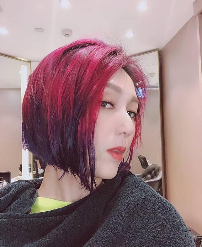 紅紫短髮可說是千嬅的標誌。