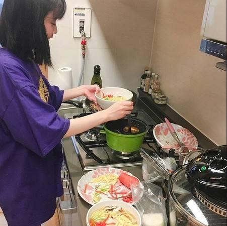 Sulli生前曾公開IU來自己家下廚的相片,可見二人關係極好。