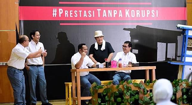 Mendikbud Nadiem Makariem bersama Menteri Pariwisata  Whisnutama, menjadi anak SMA, dan Menteri BUMN Erick Tohir sebagai tukang bakso dalam drama antikorupsi di SMK 57 Jakarta, Senin, 9 Desember 2019. (Tempo/Ahmad Faiz)