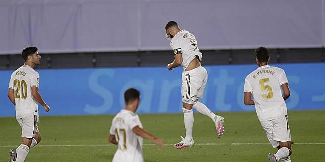 Pemain Real Madrid merayakan gol yang dicetak Karim Benzema ke gawang Deportivo Alaves, Sabtu (11/7/20) dini hari WIB. (c) AP Photo