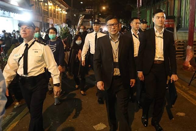 警務處處長鄧炳強由警員保護下抵達旺角花墟。(袁志豪攝)