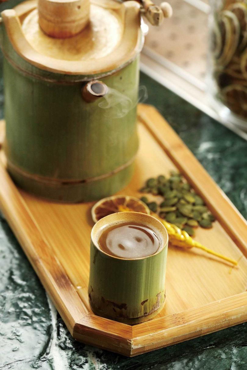 「誠心敬意.以茶代酒」相當清爽順口,能清楚喝出每種材料的風味,卻融合不搶味。(380元)(圖/于魯光攝)