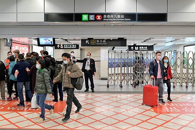 特首林鄭月娥宣布,內地暫停發放自由行簽注 停高鐵及直通車班次。