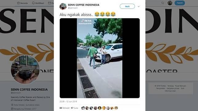 Aksi kocak warganet menegur seseorang yang bersandar di sebuah mobil. [Twitter]