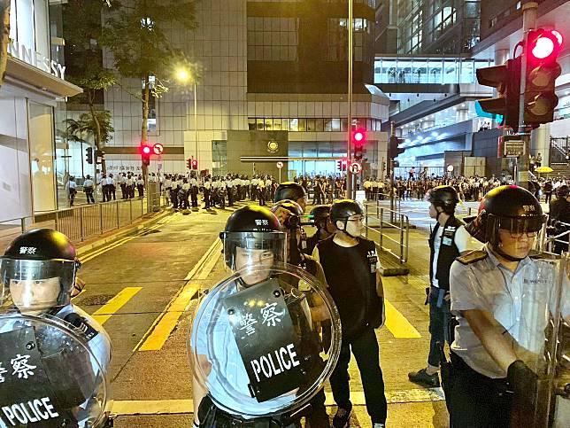 盧偉聰籲勿將政治仇恨發洩於警隊 。