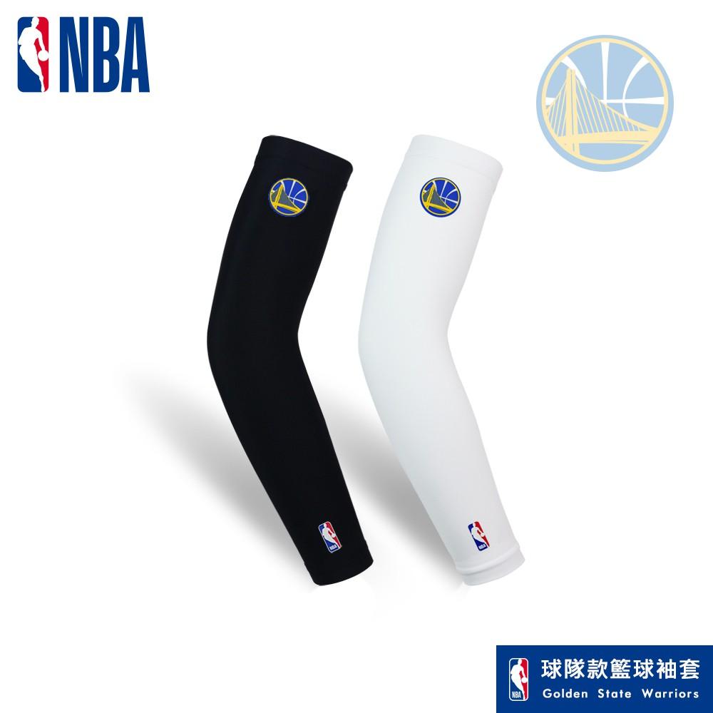 【品名】NBA勇士款籃球袖套(黑/白) 【成分】81%尼龍 19%彈性纖維【規格】黑色款- S/M、M/L、L/XL 白色款- S/M、M/L、L/XL【特點】精美NBA授權燙印商標 舒適彈性布料透氣