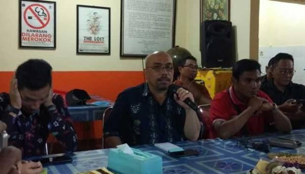 Ketua Forum Warga Kota Jakarta Azas Tigor Nainggolan dan Koordinator Karyawan Kontrak PT Transportasi Jakarta Budi Marcello memberikan keterangan di kantor FAKTA, Cipinang Muara, Jakarta, 7 Juli 2017. TEMPO/Arkhe