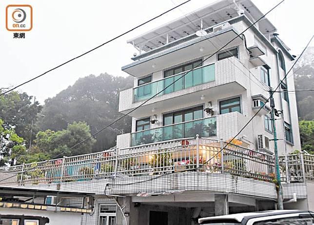曾正科被揭發在荃灣川龍村的村屋疑有僭建物。