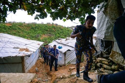 ตำรวจบังกลาเทศลาดตระเวนในค่ายผู้ลี้ภัยชายแดน Munir UZ ZAMAN / AFP