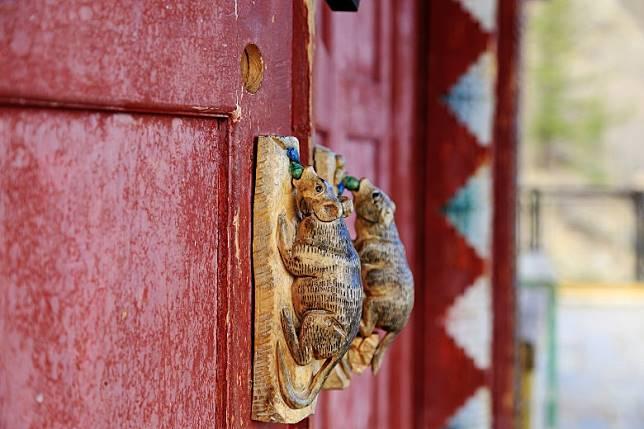 寺廟門把是一對吐寶鼠,故當地人亦稱它為鼠廟。(互聯網)